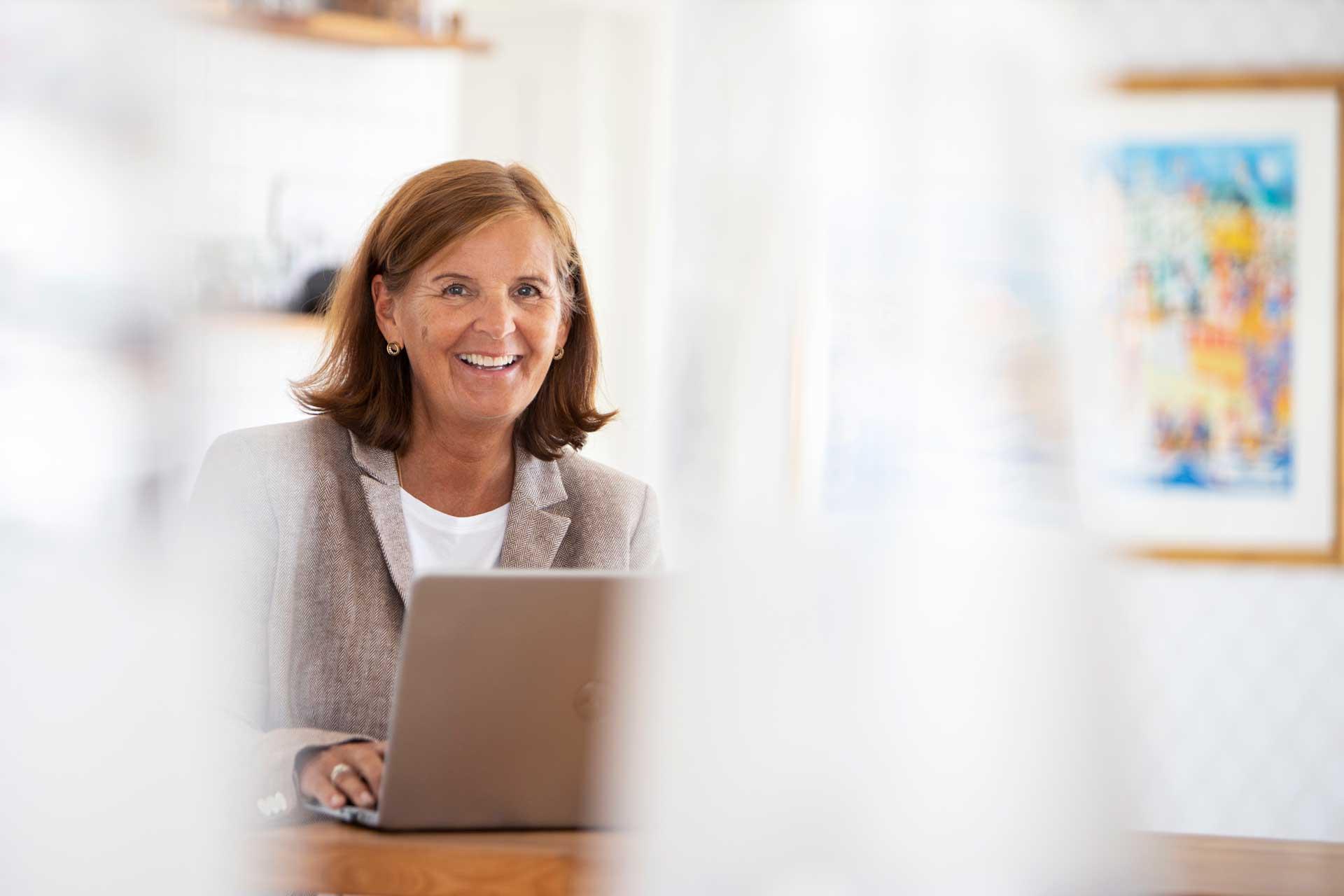 Ann-Sofie skrattandes i ljus miljö